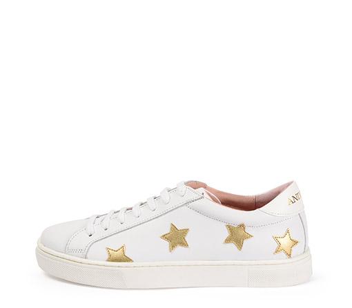 Ref. 3274 Sneaker piel blanca con estrellas en oro. Detalle trasero en color blanco. Altura plataforma 3 cm.