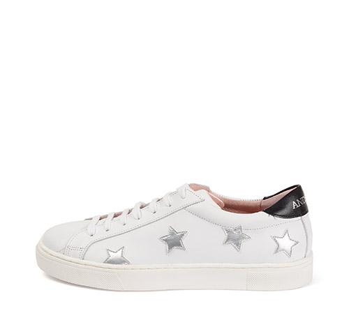 Ref. 3275 Sneaker piel blanca con estrellas en plata. Detalle trasero en color negro. Altura plataforma 3 cm.