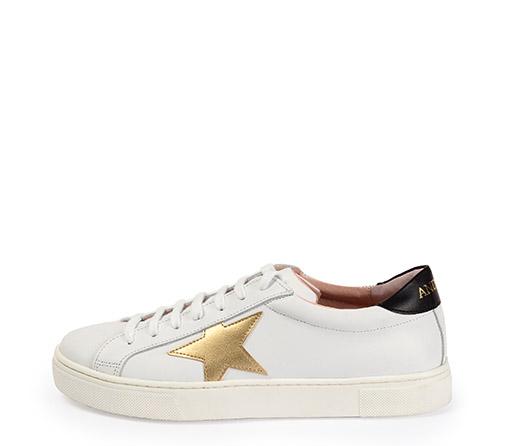 Ref. 3291 Sneaker piel blanca con detalle estrella en piel dorado. Detalle trasero en piel negra. Altura plataforma 3 cm.