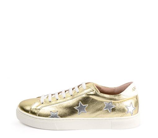 Ref. 3314 Sneaker piel oro con estrellas en plata. Detalle trasero en color blanco. Altura plataforma 3 cm.