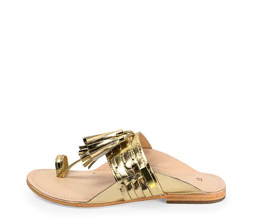 Ref. 3500 Sandalia piel oro con tira en el dedo y detalle borlas en el empeine. Plantilla piel y suela piel.