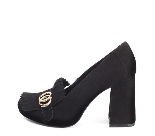 Ref: 3668 Zapato ante negro con detalle flecos y arandelas doradas. Tacón de 9.5 cm y sin plataforma delantera.