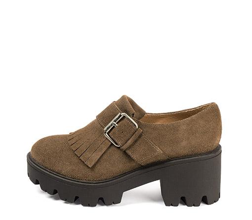 Ref. 3679 Zapato serraje visón. Detalle flecos y hebilla lateral plateada. Suela dentada. Tacón de 7 cm y plataforma delantera de 3 cm.