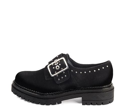 Ref. 3692 Zapato serraje negro con detalle tachas y hebilla lateral plateada. Suela dentada. Altura tacón 4 cm y plataforma delantera 2.5 cm.