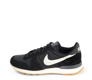 Ref. 3755 Nike internationalist serraje negro con detalles en tela al tono. Simbolo color blanco. Cordones negros.