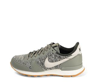 Ref. 3760 Nike internationalist piel kaki y cordones al tono. Tela beige con estampado y simbolo piel gris.