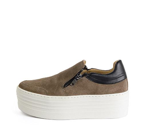 Ref: 3772 Sneaker de serraje taupe. Detalle de dos cremalleras. Plataforma blanca de 5.5 cm
