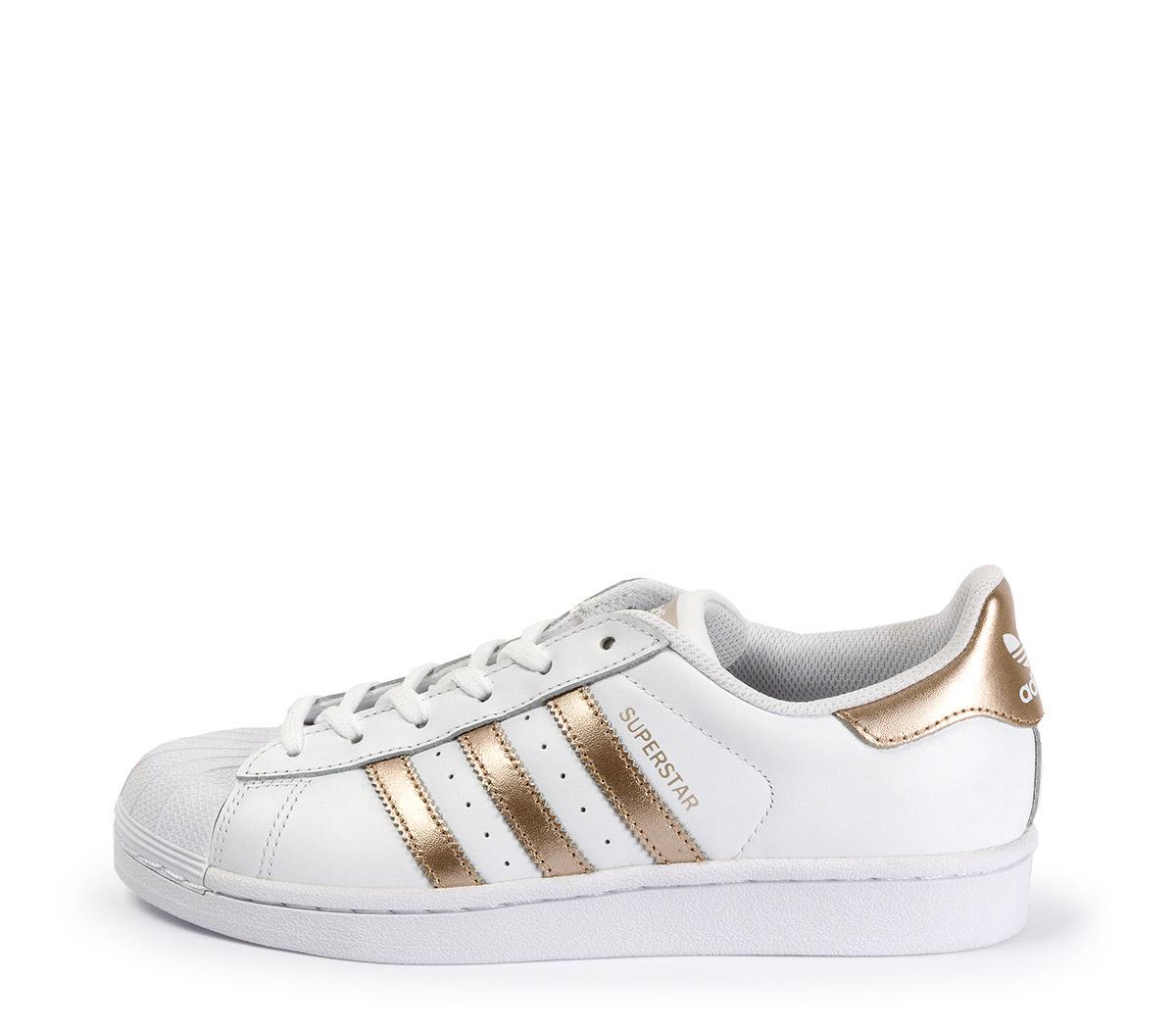 Ref: 3774 Adidas Superstar piel blanca con detalles en oro rosa. Cordones blancos.