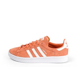 Ref: 3780 Adidas Campus serraje naranja con detalles en color blanco. Suela blanca y cordones al tono.