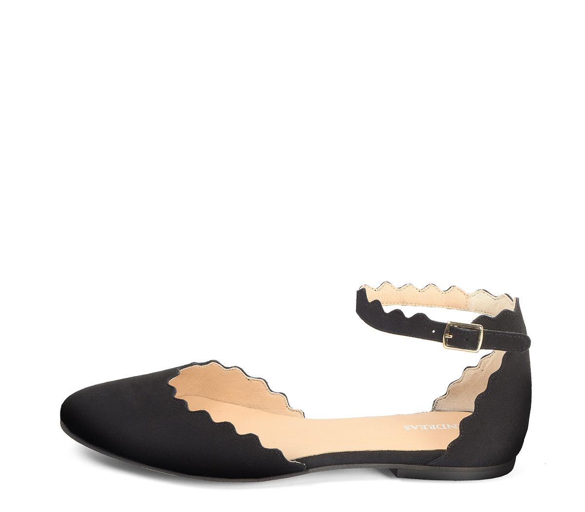 Ref: 3788 Zapato ante negro con detalles de onda en contorno y pulsera al tobillo con hebilla plateada. Puntera cerrada.