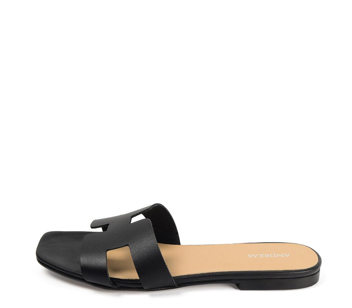 Ref: 3794 Sandalia plana de piel negra con pala en forma de H. Puntera cuadrada.