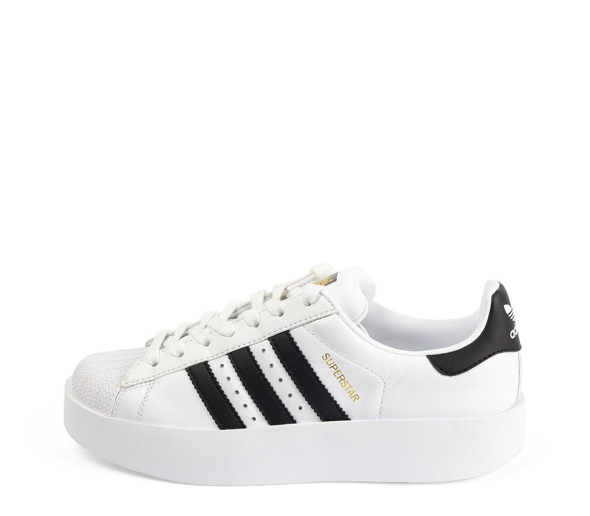 Ref. 3797 Adidas Superstar Bold piel blanca con simbolo en piel negro. Cordones blancos. Plataforma de 3 cm.