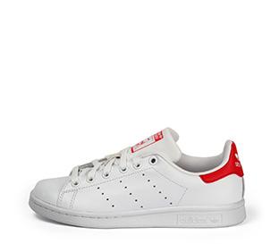 Ref. 3799 Adidas Stan Smith piel blanca con detalles rojos y cordones blancos.