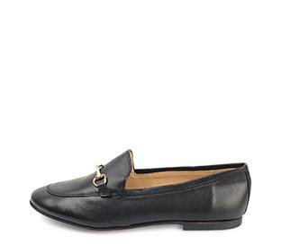 Ref. 3805 Zapato tipo mocasín plano de piel negra. Detalle metálico dorado.