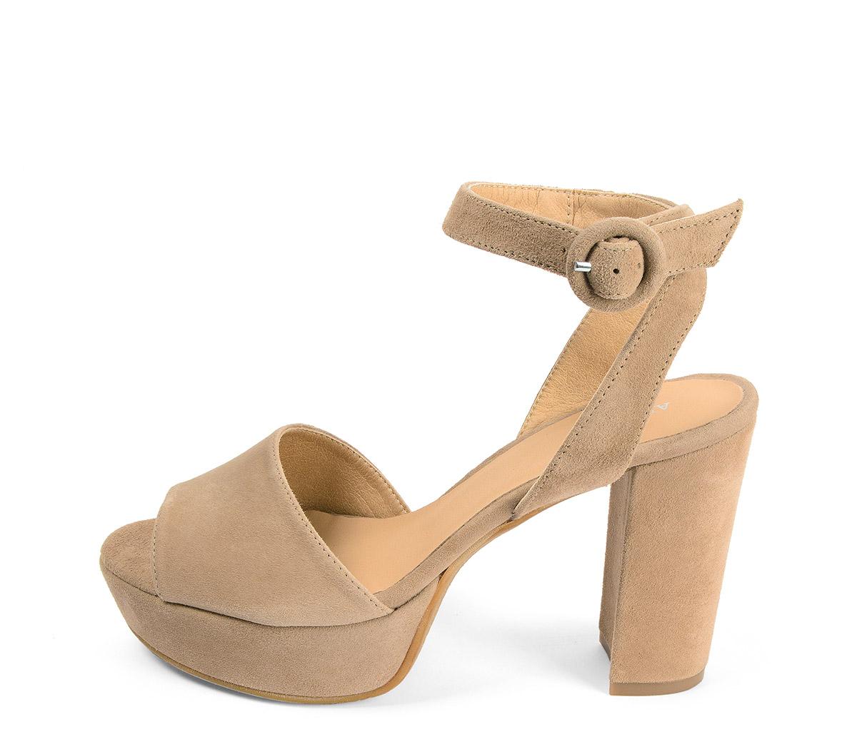 Ref: 3808 Sandalia ante beige con pala lisa y pulsera al tobillo con hebilla forrada al tono. Altura tacón 10.5 cm y plataforma delantera de 3.5 cm