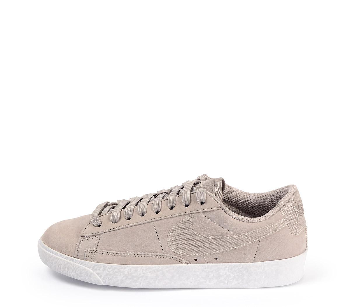 Ref: 3810 Nike W Blazer ante beige con cordones al tono y suela blanca. Simbolo efecto brillante.