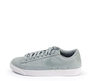 Ref: 3811 Nike W Blazer ante gris con cordones al tono y suela blanca. Simbolo efecto brillante.