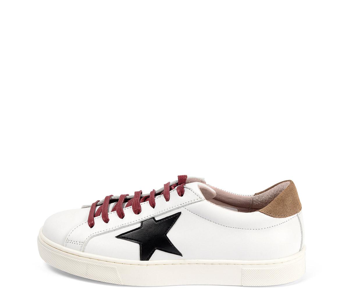 Ref. 3813 Sneaker piel blanco con detalle estrella lateral piel negra. Detalle trasero en serraje visón. Cordones color burdeos. Altura plataforma 3 cm.