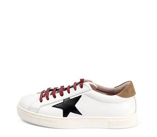 Ref. 3813 Sneaker piel blanco con detalle estrella lateral piel negra. Detalle trasero en serraje visón. Cordones color burdeos. Altura plataforma 3 cm. - Ítem1