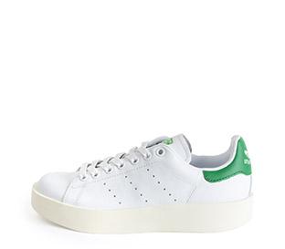 Ref. 3815 Stan Smith Bold piel blanco con detalle trasero en verde. Altura plataforma 3 cm.