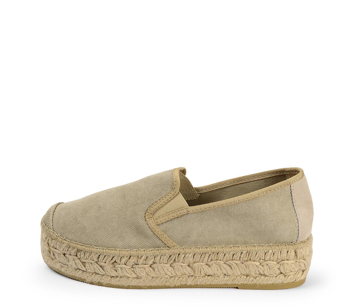 Ref. 3819 Zapato tela beige con plataforma de esparto de 4 cm.