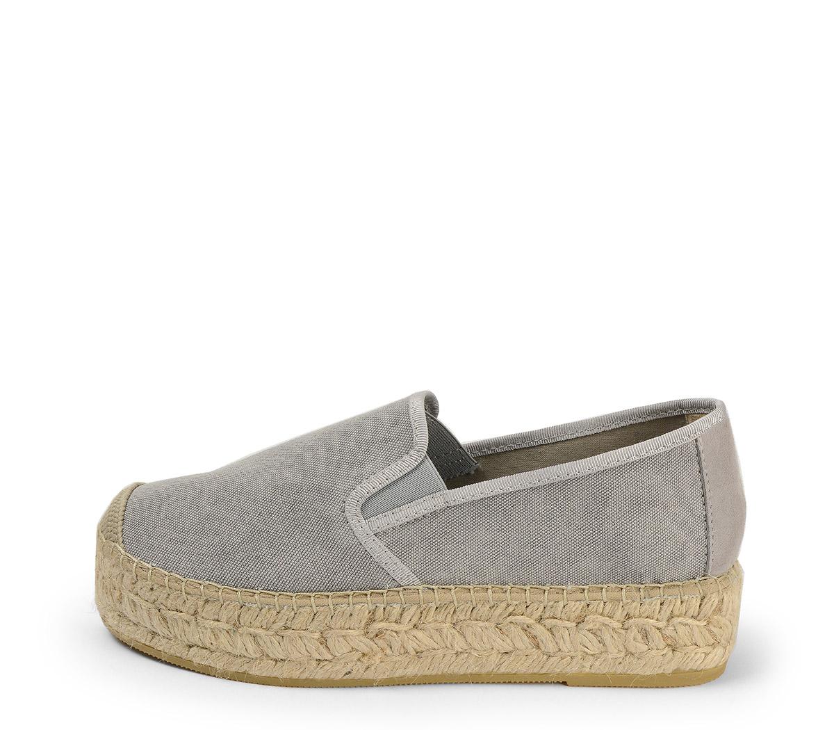 Ref. 3821 Zapato tela gris con plataforma de esparto de 4 cm.