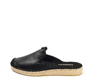 Ref. 3822 Zapato plano tipo babucha piel negra. Detalle tacha piramidal al tono. Altura plataforma 2.5 cm.