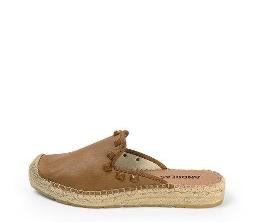 Ref. 3823 Zapato plano tipo babucha piel cuero. Detalle tacha piramidal al tono. Altura plataforma 2.5 cm.