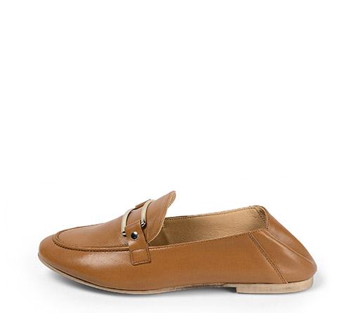Ref. 3831 Zapato tipo mocasín piel cuero. Detalle hebilla metalica. Talonera plegable para llevar en forma de babucha.