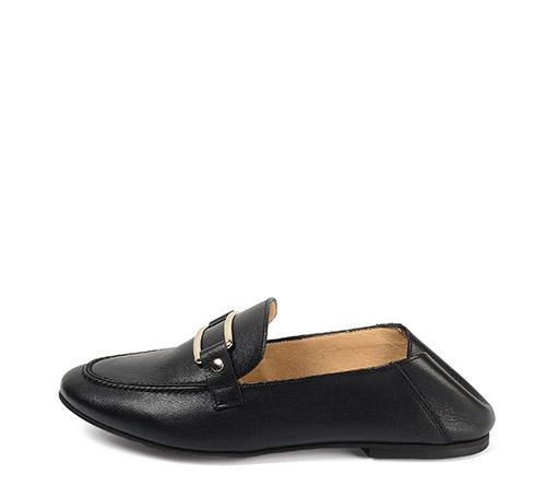 Ref. 3832 Zapato tipo mocasín piel negro. Detalle hebilla metalica. Talonera plegable para llevar en forma de babucha.