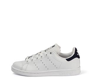 Ref. 3836 Adidas Stan Smith piel blanca con detalles azul marino y cordones blancos.