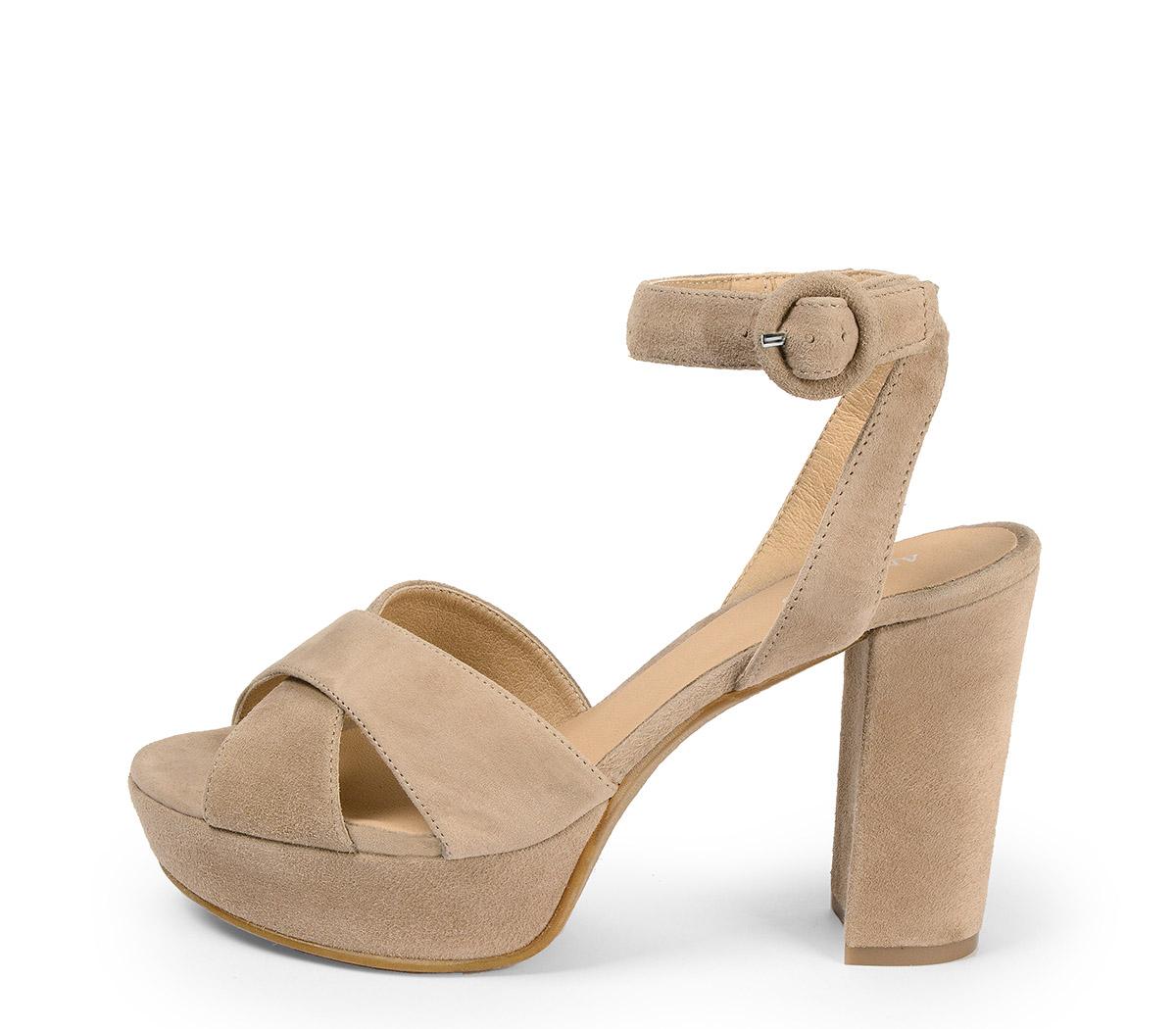 Ref: 3840 Sandalia ante beige con pala cruzada. Pulsera al tobillo con hebilla al tono. Tacón de 10.5 cm y plataforma delantera de 3.5 cm.