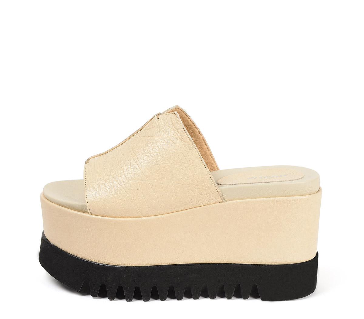 Ref. 3845 Sandalia piel beige con pala. Plataforma combinada en piel beige y goma negra. Suela dentada. Altura tacón 7 cm y plataforma delantera de 7 cm.
