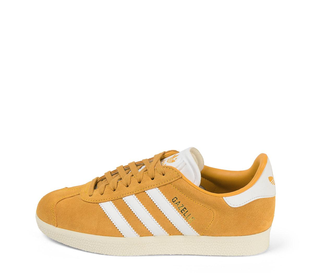 Ref: 3846 Adidas Gazelle serraje ocre. Con detalles en piel blanca. Cordones al tono y blancos de repuesto.