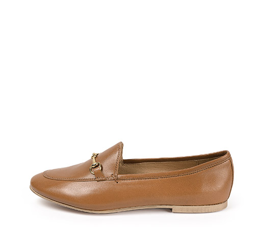 Ref. 3855 Zapato tipo mocasín plano de piel cuero. Detalle metálico dorado.