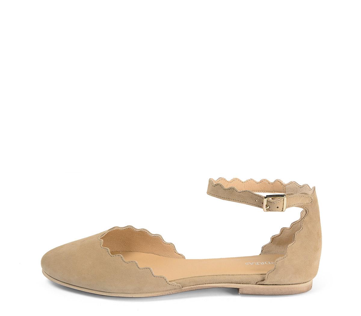 Ref: 3875 Zapato ante beige con detalles de onda en contorno y pulsera al tobillo con hebilla dorada. Puntera cerrada.