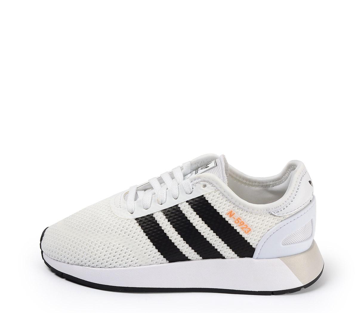 Ref. 3878 Adidas N-5923 tela blanca con detalles en negro. Suela blanca. Cordones al tono.