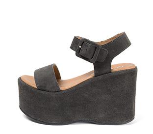 Ref. 3908 Sandalia serraje gris con pala y pulsera al tobillo con hebilla forrada al tono. Altura plataforma 10.5 cm y plataforma delantera 6.5 cm. - Ítem1
