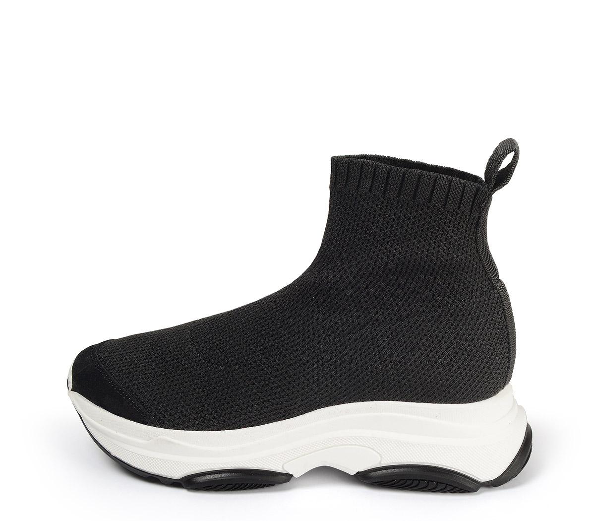 Ref.3918 Botín tela negra tipo calcetín con suela blanca. Altura plataforma trasera 5 cm y plataforma delantera 3 cm. Altura de caña 10.5 cm.