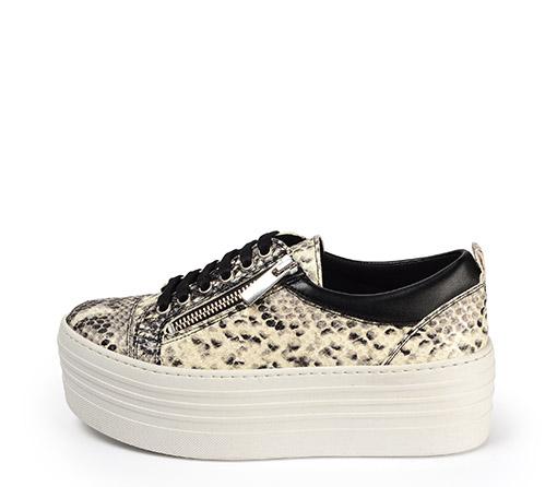 Ref. 3921 Sneaker piel grabado serpiente beige con cordones negros y cremallera lateral plateada. Plataforma blanca de 5.5 cm. Detalle trasero piel negra.