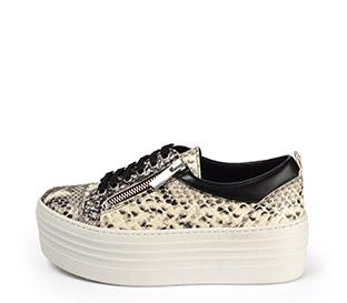 Ref. 3921 Sneaker piel grabado serpiente beige con cordones negros y cremallera lateral plateada. Plataforma blanca de 5.5 cm. Detalle trasero piel negra. - Ítem1