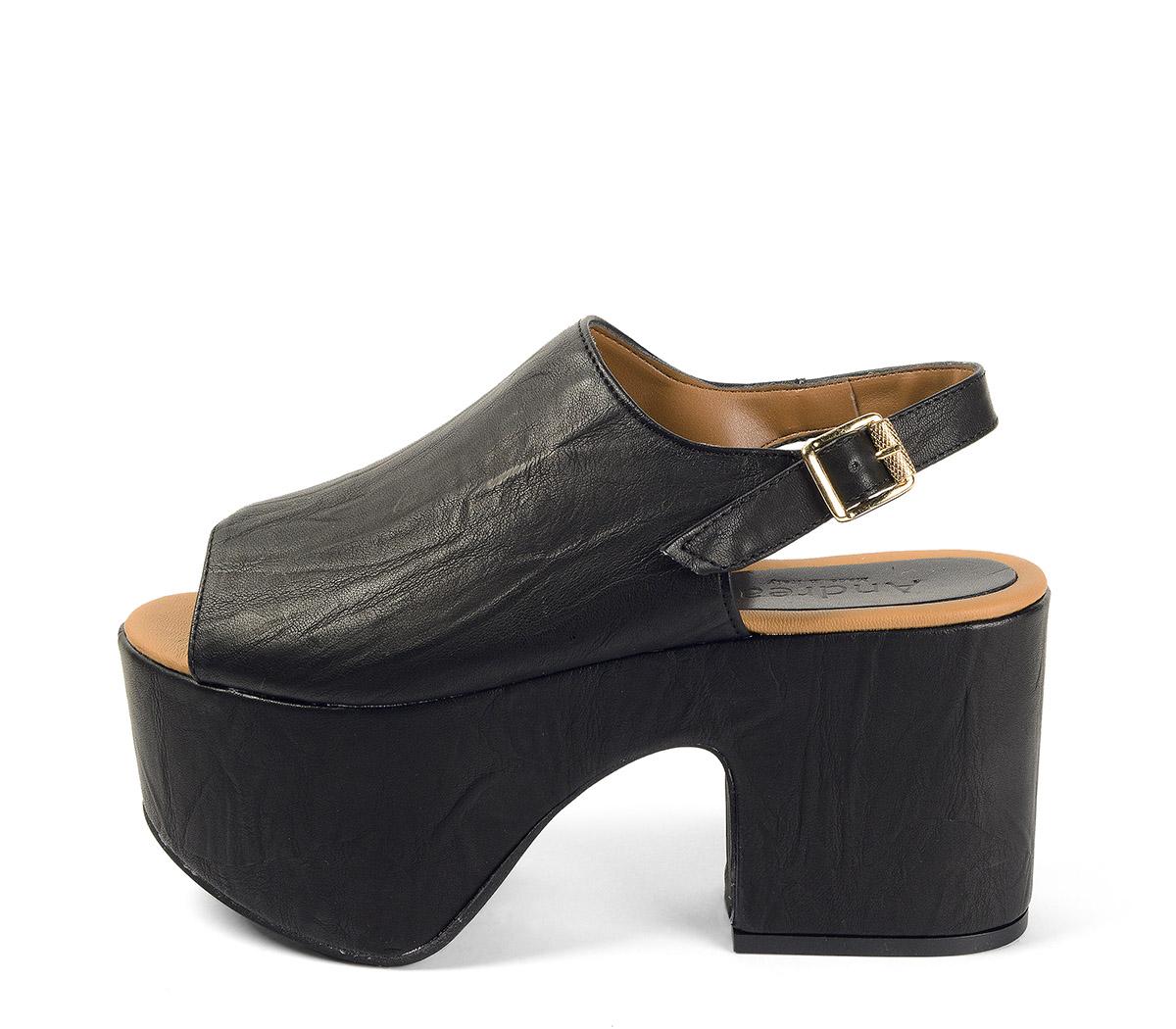 Ref. 4001 Sandalia negra con pala y tira al tobillo. Hebilla dorada. Altura tacón 9.5 cm y plataforma delantera 7.5 cm. Plantilla de piel.