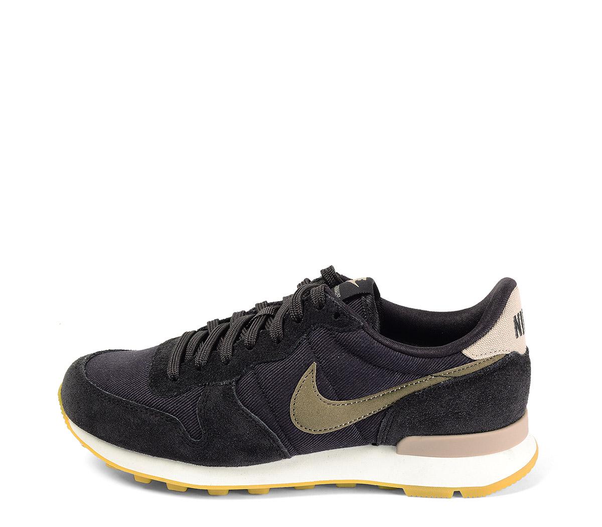 Ref. 4022 Nike Internationalist serraje gris oscuro combiado con tela y simbolo marrón. Suela blanca y caramelo.