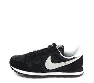 Ref. 4023 Nike serraje negro combinada con tela negra y simbolo en gris. Cordones negros. Suela negra y blanca.