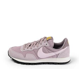Ref. 4026 Nike serraje rosa combinada con tela rosa y simbolo al tono. Cordones rosas. Suela negra y blanca.