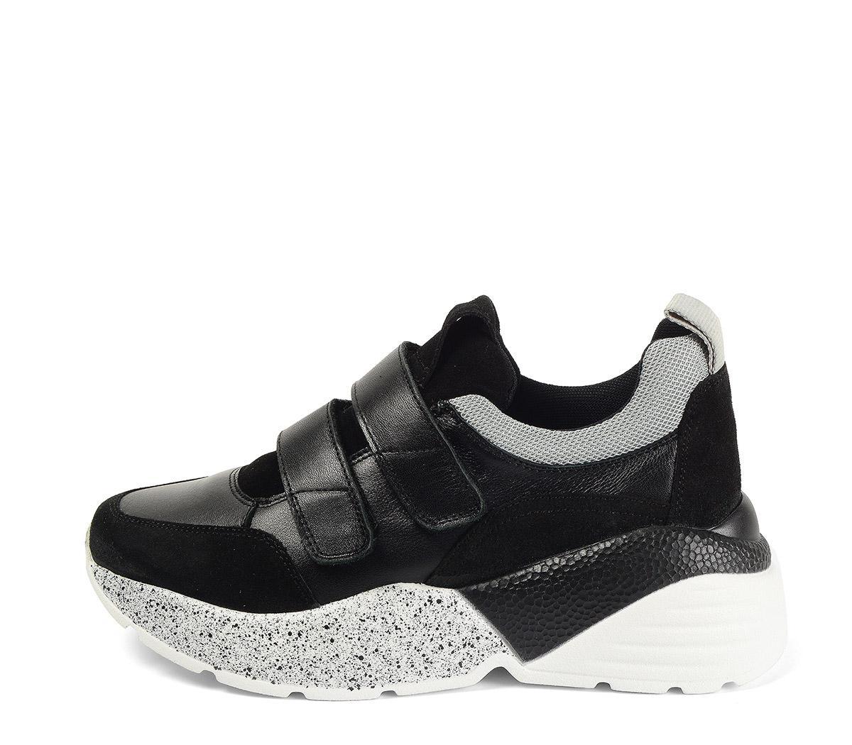 Ref. 4028 Sneaker piel negro combinada con serraje negro. Dos velcros. Suela combinada en negro y blanco con altura trasera de 6 cm.