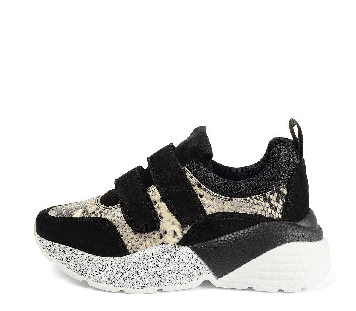 Ref. 4029 Sneaker piel grabado serpiente combinada con serraje negro. Dos velcros. Suela combinada en negro y blanco con altura trasera de 6 cm.