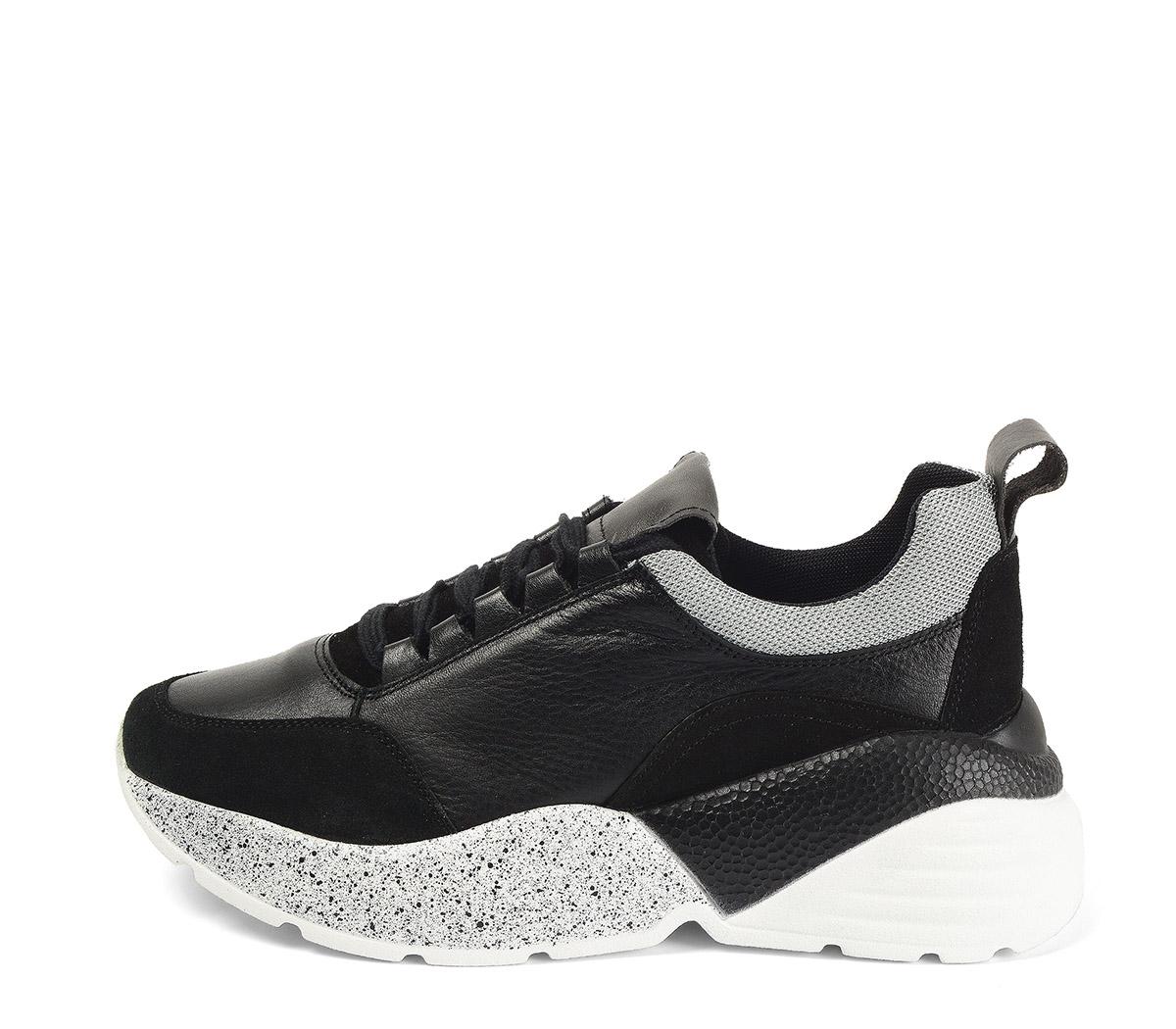 Ref. 4030 Sneaker piel negra combinada con serraje negro. Cordones negros. Suela combinada en negro y blanco con altura trasera de 6 cm.