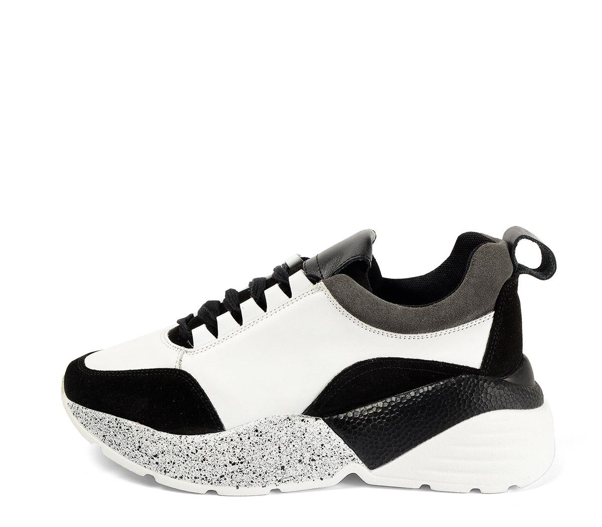 Ref. 4031 Sneaker piel blanca combinada con serraje negro. Cordones negros. Suela combinada en negro y blanco con altura trasera de 6 cm.