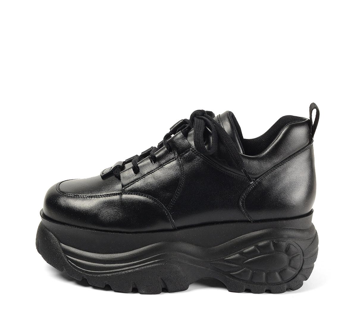 Ref. 4038 Sneaker piel negra con cordones al tono. Altura plataforma trasera 6 cm y plataforma delantera 5 cm.